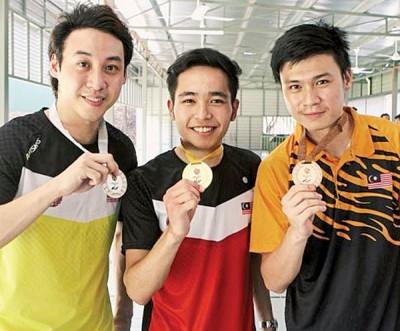 周英明(中)力压黄冠捷(左)和萧健义夺得金牌。