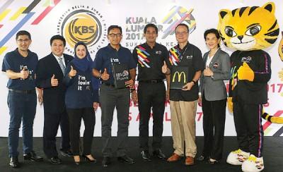 凯里(右4)见证大马麦当劳成为吉隆坡东运会赞助商。