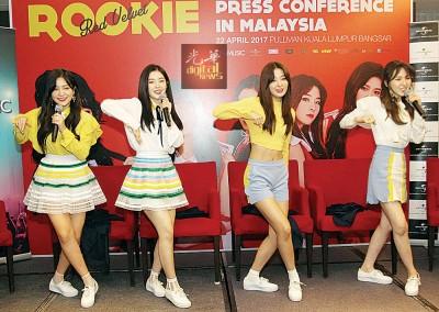 5缺1来马的Red Velvet,此行停留3天2夜,为新专辑《ROOKIE》宣传。