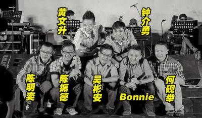 吴彬安传出噩耗后,山脚下男孩官方脸书把成员大合照换成黑白哀悼。