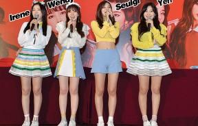 "Red Velvet现场又唱又跳两首人气歌曲《Russian Roulette》和《Rookie》,全场歌迷用尽全力嘶吼应援,让Seulgi忍不住赞说:""kamu semua best gila!"""