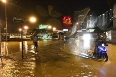 不少民众获知槟岛发生水患消息,尽力不外出,图为玛央巴锡路的淹水情况。