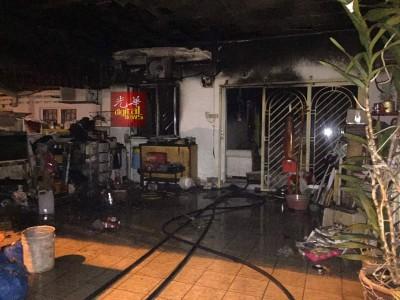 瘾群子疑向老人讨钱不遂,推广火烧屋,造成家中客厅烧毁。