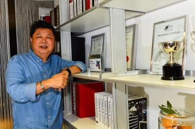 陈泉兴年轻时因运毒被捕,差点就上绞刑台。他出狱后把握人生第二次机会,如今是家具店老板。
