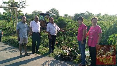 吴月妹(右2)跟邓富华(左2)一行人往视察疏通土泥沟的工程,左起郭蓬容、陆国健以及林美英。