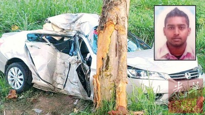汽车失控撞向大树,司机当场丧命。(小图)死者沙金达沙雅。