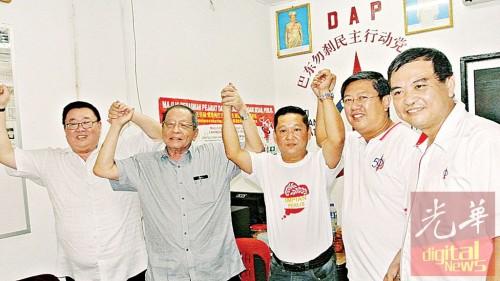 行动党领袖支持郑成泉(左3)出阵竞选知知丁宜州议席。左起:苏建祥、林吉祥、陈国耀及伍薪荣。