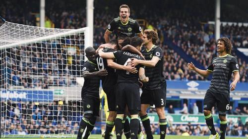 切尔西众将在取得对阵埃维顿的第3球领先后,齐齐庆祝。