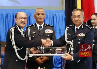 阿都拉欣哈纳菲(左)以代表霹州总警长职务之权力给予哈斯南(右),连由诺拉往见证。