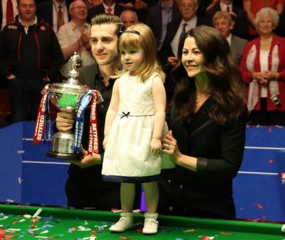 塞尔比(左)与太太及女儿一起分享自己在世锦赛赢得的甜蜜胜利一刻。