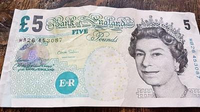 市面上仍有大量五英镑旧钞流通。