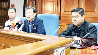 尤端祥(被)以阿兹曼(左起)和法鲁斯之伴随下举行记者会讲述有关周四晚之查禁行动。