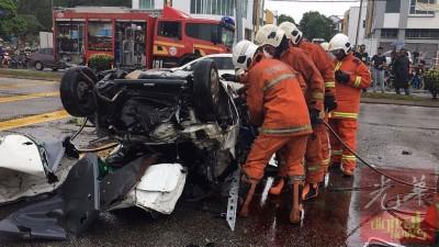 消除拯人员锯开失事轿车,未雨绸缪移出死者遗体。