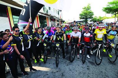 凯里也巫统峇东埔区部举办之车子活动主办挥旗礼。
