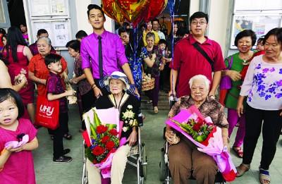 朱亚妹(左)跟另外一名百岁人瑞曹戊祥(右)合照。
