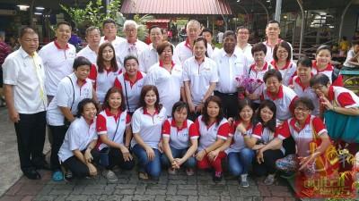 林冠英随同行动党峇眼妇女区部与组织青团,旅顶巴刹分派康乃馨。