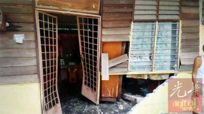 新村住家没有围栏阻挡冲力,家铁门也吃撞毀。