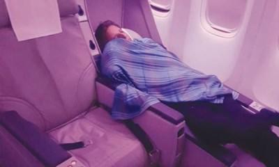 哈斯米被拍下在商务舱倒头大睡。