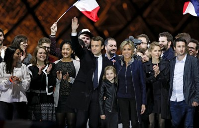 马克宏(中)当选法国总统后,与妻子布丽吉特(右3)和家人在胜选集会上接受支持者的祝贺。