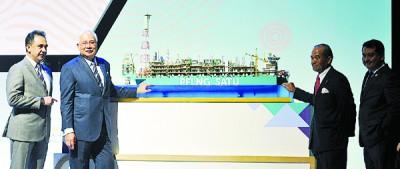 纳吉(左2)观赏国油浮动液化天然气1号模型。左起为旺祖基菲和莫哈末西迪哈山。