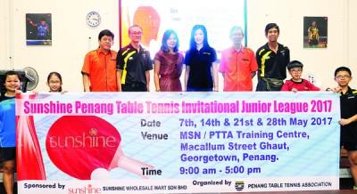 (左起)温得强、委员李庆和、副财政陈素慧、黄秀萍和梅兴庭齐齐为2017年阳光广场槟城乒乓青年联赛开幕造势。