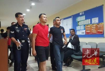 两名非法小贩今日被控上法庭不认罪。
