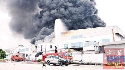 消防人员极力灌水切断火源。
