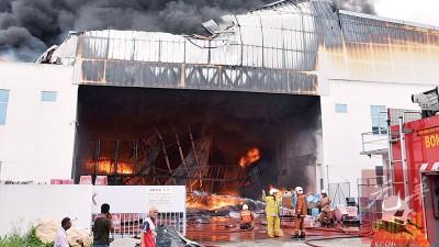 武吉敏惹工业区一家塑料用品制造厂发生严重大火。