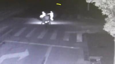 在万禄春正要被摩托车撞到时,身后的妻子突然将他撞开,而自己却被撞毙。