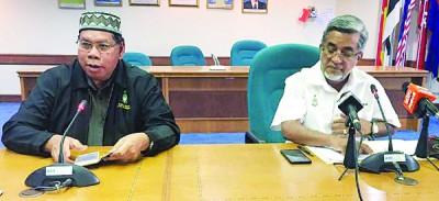 阿都马力(右)及沙列曼针对槟州伊斯兰义献基金会(Zakat)执行长因涉嫌挪用款项及透过该基金会工程索贿而遭槟州反贪会逮捕一事召开记者会。