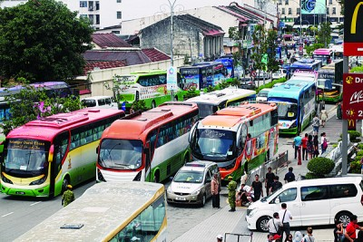 柑仔园路都挤满旅巴,有时甚至在马路中间下放游客,不仅导致交通瘫痪,也非常危险。