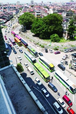 旅巴不仅停放在主要道路,甚至双重停放,造成交通严重阻塞。