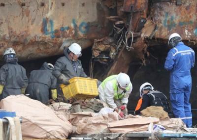 搜索队在检视遗骸。