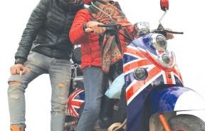 旅途中,妈妈帅气地骑上速克达摩托车。