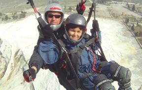 Angie的妈妈充满冒险精神,勇于尝试精彩刺激的滑翔伞经验,丰富了她和女儿的旅程。