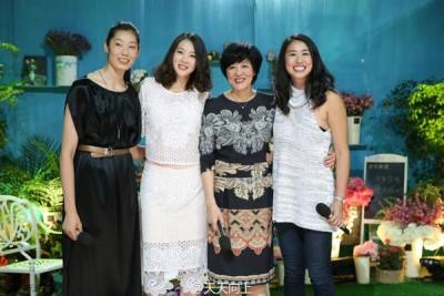 郎平(右2)和女儿(右1)以及两位得意弟子。