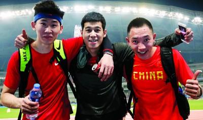 中国跳远选手高兴龙(中)居亚军,黄常洲(左)获季军及张耀广排第四名。(新华社图片)