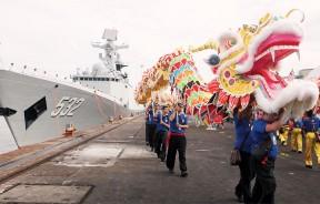 中国军舰抵槟,龙腾狮跃,锣鼓喧天。