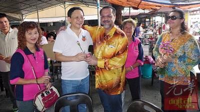 李文典(左2)及佳日星(右3)相见欢,更互赠杯子蛋糕及康乃馨。