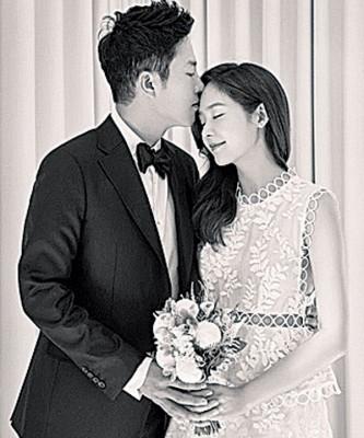 成宥利同交往4年之高尔夫球选手安圣贤昨天结婚。