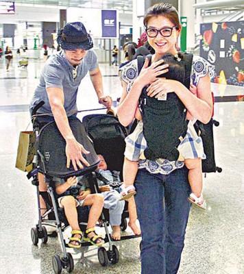 陈茵媺带着细小女儿走在前面,陈豪就推着两个儿子跟在后面。