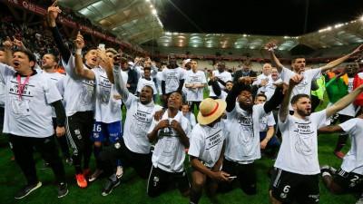 爱米恩斯SC球员庆祝升上法甲。