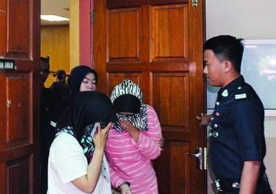 2名女被告以头巾遮盖脸部,避免面容曝光。