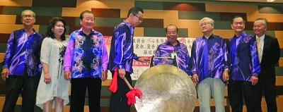 陈逸发(左4)为下霹雳区华校教师会周年庆主持鸣锣礼,右4蔡明永。