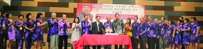 下霹雳区华校教师会70周年晚宴,嘉宾理事共切蛋糕。