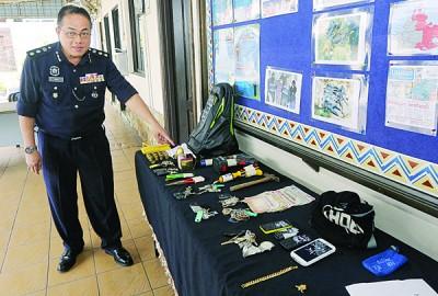 岑振强展示警方在成功逮捕24岁印裔男子后所起获的赃物。