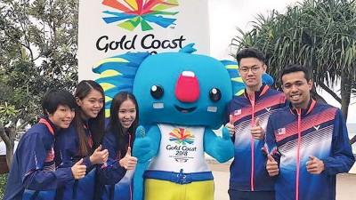 左起:邹美君、李明晏、谢宜希、李梓嘉和伊斯干达与苏迪曼杯吉祥物合影。