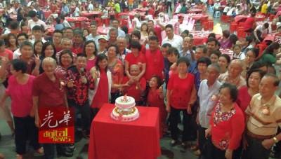 子女们在凤山寺筵开56席庆祝纪亚九102岁生日。