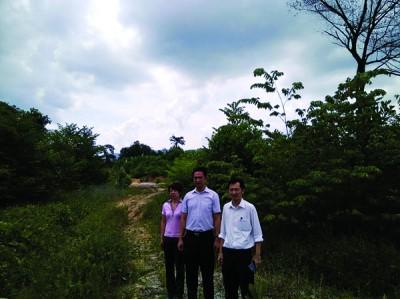 满星云集团在芙蓉发展的综合型高级公寓,迄今仍是一片荒山野岭;右起谢琪清、张聒翔、森州行动党法律局委员陈丽群。
