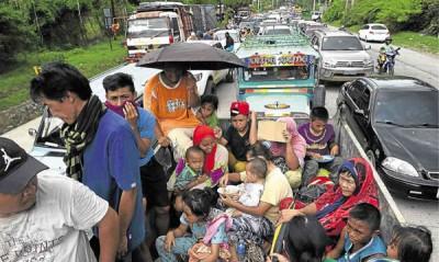 马拉维有数千民众被迫逃离家园,该市联外道路塞满载着家人逃难的车辆。